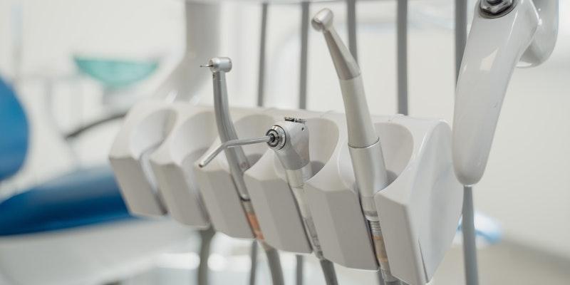 kakovostni-zobni-implantati-cena-naj-ne-bo-ovira